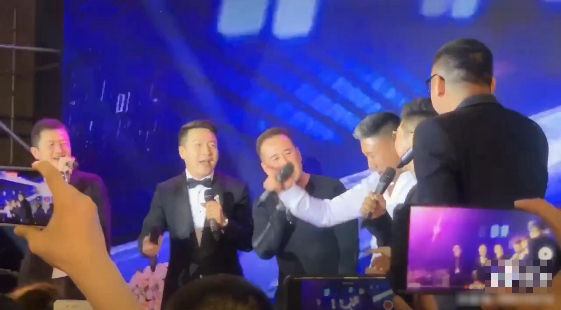 老男孩组合!李亚鹏杨坤胡海泉参加好友婚礼,登台献唱放飞自我