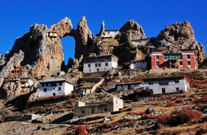 <b>西藏海拔最高的寺庙,临悬崖而景色绝美,想去得先吃药且十分辛苦</b>