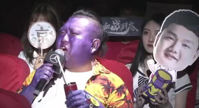 JDG主场主持人再次表演艺术,COS灭霸,身后小姐姐成功抢镜