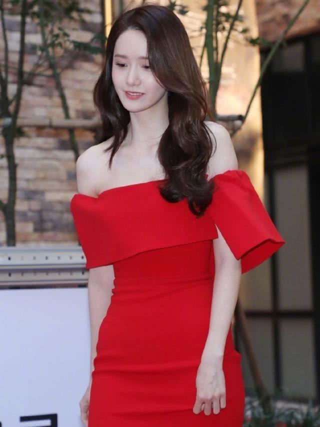 <b>韩国女神林允儿红裙出席活动,小鹿般的眼神令人心动</b>