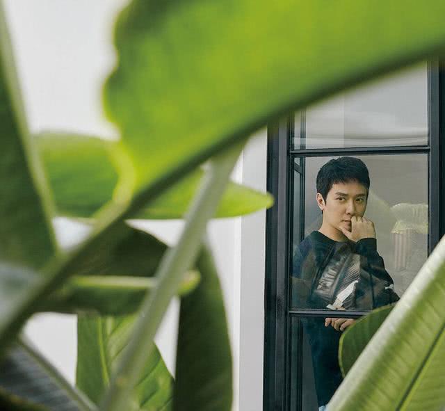 冯绍峰演绎都市熟男风,简约针织穿出绅士感 说他25岁都有人信