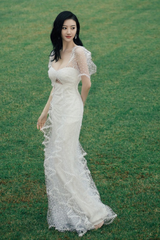 """万年不红又怎么样随便穿一件""""牛奶裙""""就吸睛无数,美cry!"""