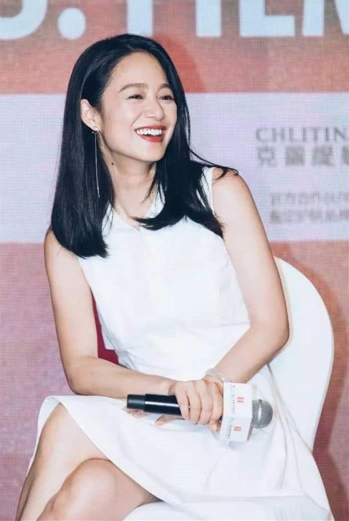 姜文眼光真好,周韵极具东方女子的温婉,许晴跟她合影成了陪衬!