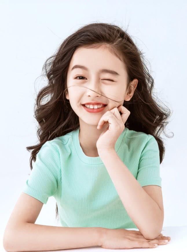 9岁裴佳欣又画浓妆,第一次穿复古襦裙,因太瘦意外滑到了腰上!