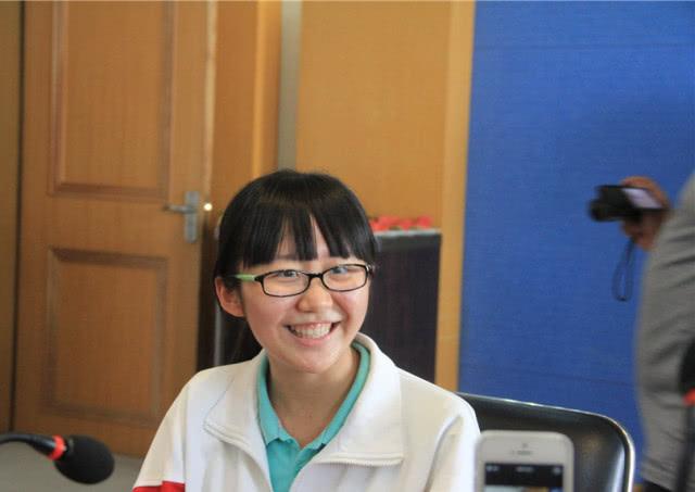 """她高中读普通班,高考逆袭成为""""黑马"""",以721分成为高考状元"""