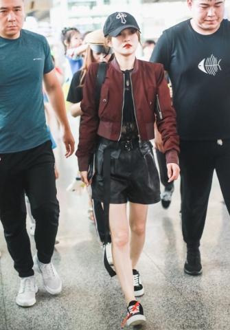 """张韶涵也爱上了""""哪吒裤"""",这样穿酷帅有型又显腿长,谁不爱呢?"""
