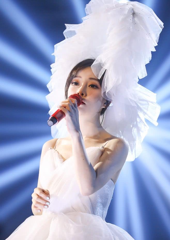 冯提莫穿婚纱裙开演唱会,粉丝抓拍图颜值惊艳,被赞无死角美女!