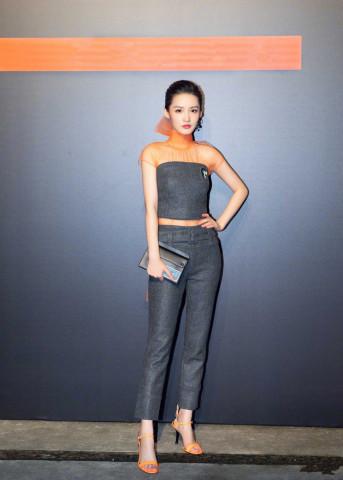 李沁美出新高度,T恤配短裤穿出女神范,状态好得像18岁少女