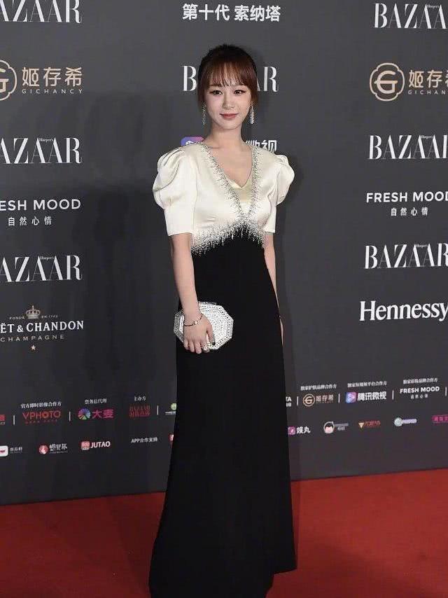 女明星黑白礼服裙,超模刘雯修长美艳,杨紫P图前后反差太大