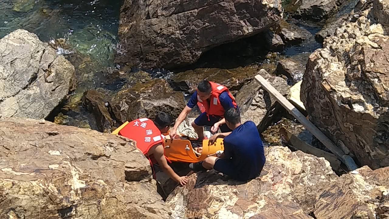 事发大连:大海正在涨潮 两男一女被困海边悬崖下!