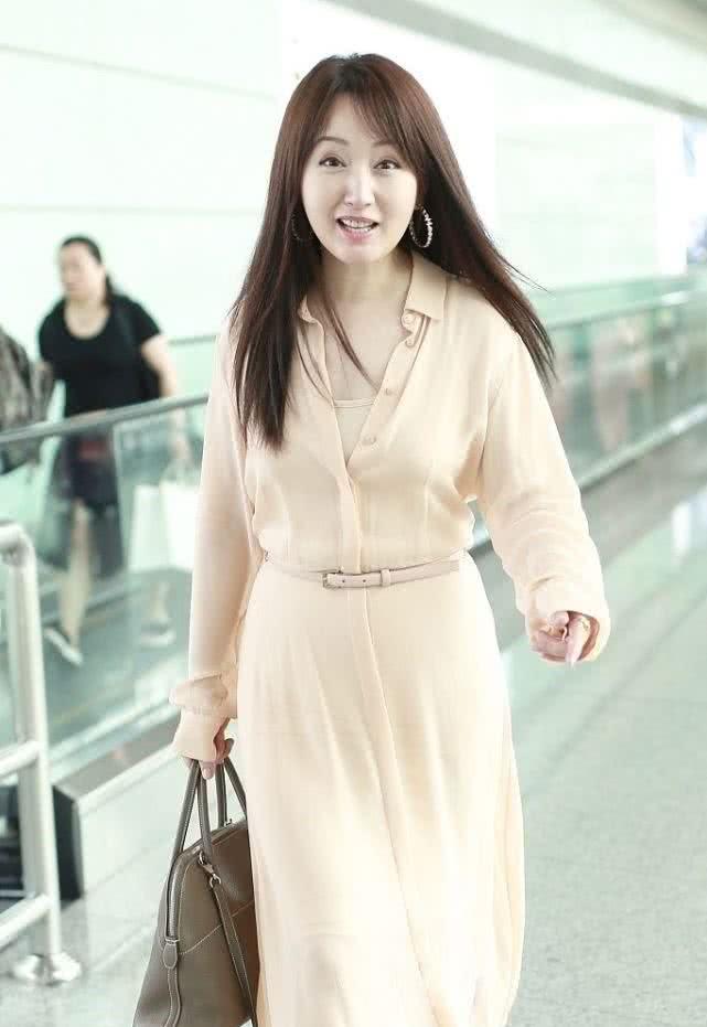 杨钰莹穿仙女裙肤白貌美!48岁了还坚持走少女人设!