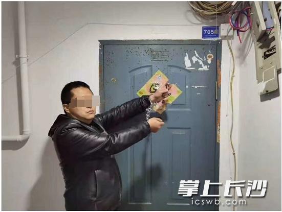 「小偷撬窗」抓到了!长沙一小偷10秒撬开门锁,户主一脸迷茫:你找谁?
