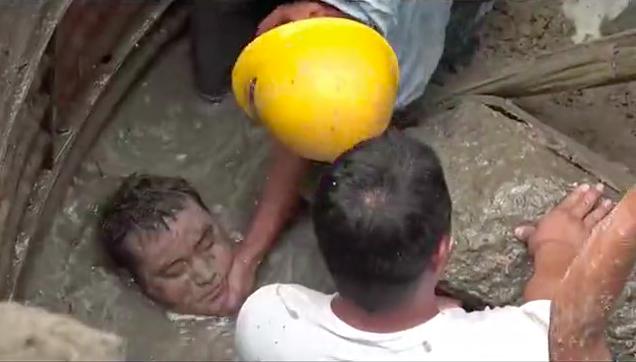 <b>太揪心!工人坠井被埋仅露头部 消防员手刨淤泥两小时施救成功!</b>