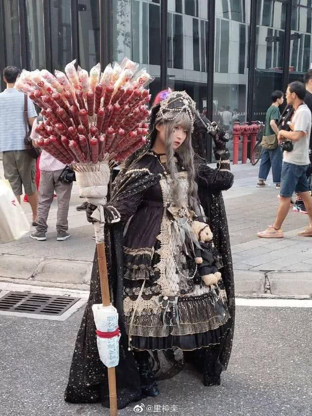 <b>前有女仆雷姆卖炒酸奶,今有LO娘当街卖糖葫芦</b>