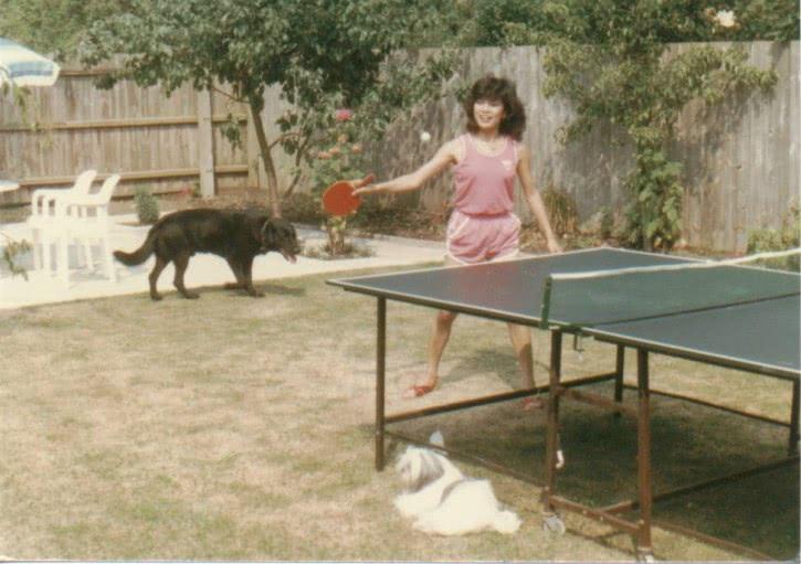 <b>翁美玲老照片:在英国的家中生活的很惬意,时常抱狗狗拍照</b>