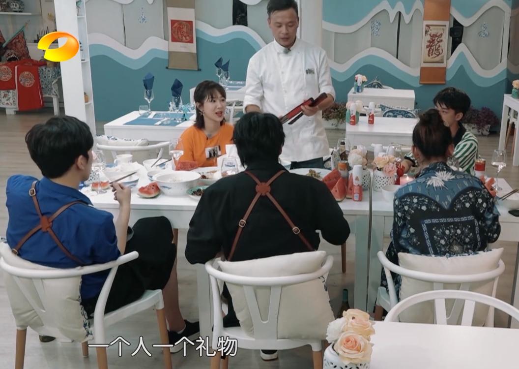 歧视?中餐厅中午不营业,黄晓明组织活动,只有他俩在干活!