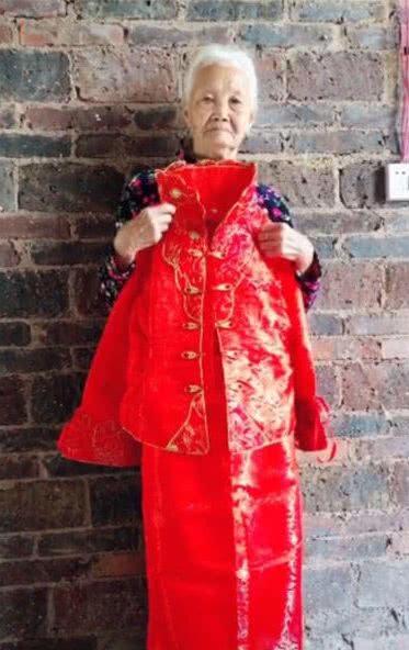 <b>奶奶想拍自己穿婚纱照的样子,孙女为奶奶化妆,最后惊艳网友</b>