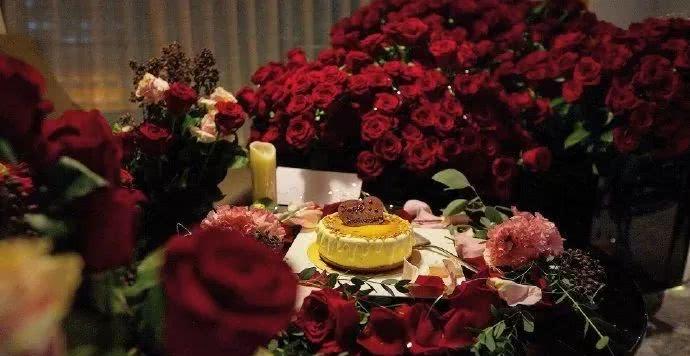 向佐郭碧婷浪漫庆祝恋爱一周年,嘟嘴鬼脸坐拥玫瑰山