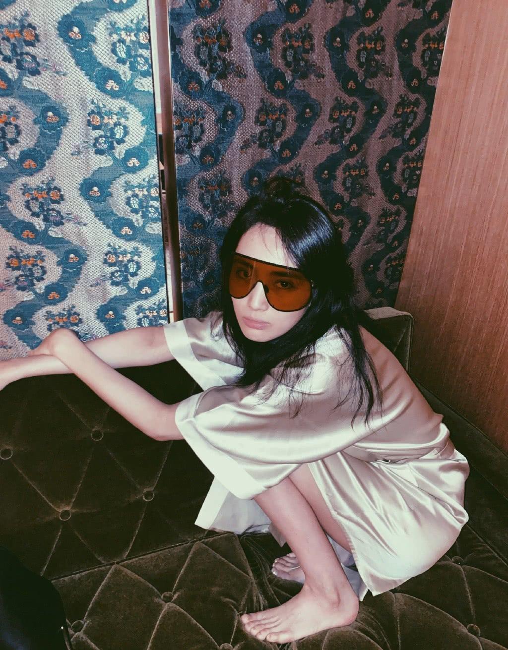 她与李现主演《河神》,今穿v领丝质睡袍,赤脚拍照尽显活力性感
