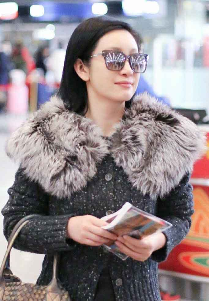 <b>女人过了中年怎么穿?学秦海璐毛衣穿搭法则,既高调又高级</b>