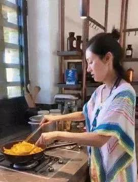 """素颜下厨煮面,每月200万不够花,李嘉欣的豪门生活有点""""苦"""""""