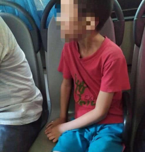 <b>乘客坐公交被小孩连踢几脚 家长置之不理还助纣为虐</b>
