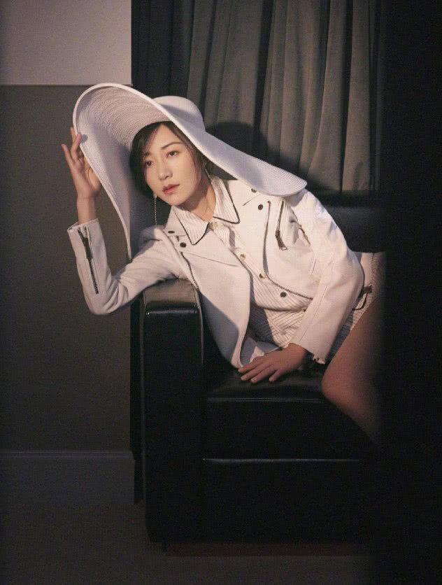"""韩雪为秀""""漫画腿""""真拼,条纹衬衫短到大腿,配白色夹克帅气吸睛"""