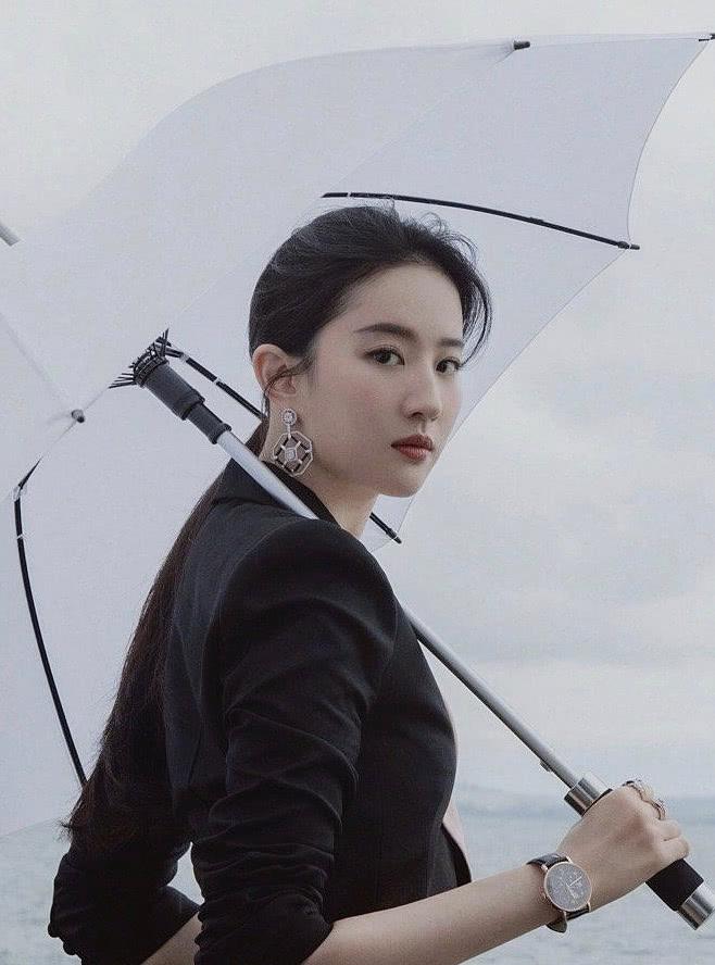 """刘亦菲再穿西装""""攻气十足"""",手拿雨伞站海边,分明就是大佬了"""