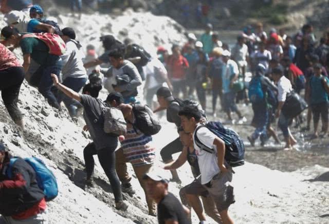 中美洲移民强行渡河硬闯墨西哥国土,墨警卫队发射催泪瓦斯驱离