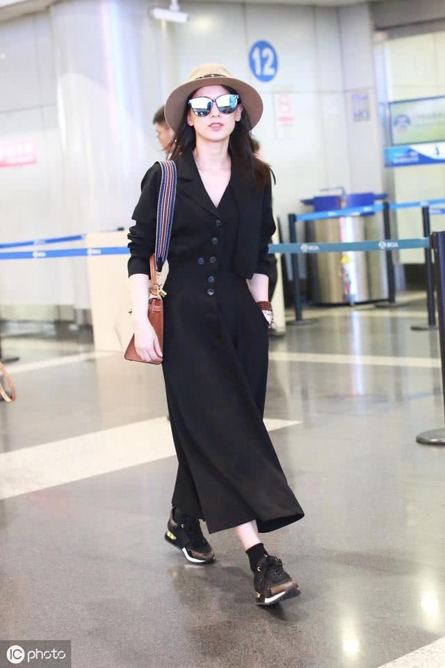 36岁黄圣依气质太好 穿黑色连衣裙配运动鞋低调现身却难掩贵气