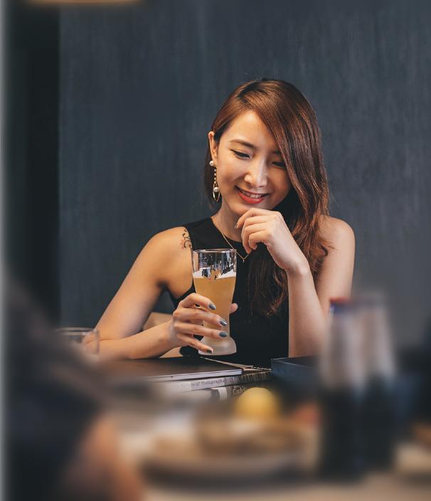 陈赫前妻与好友聚会,知性优雅笑容甜美,闲暇自在的生活惹人羡慕
