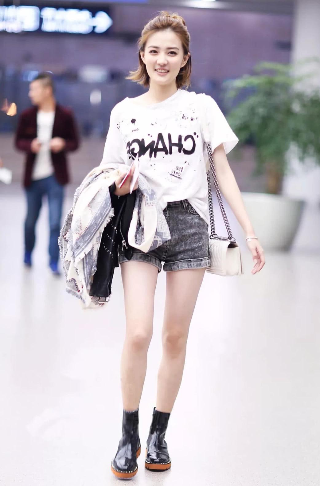 任性的白色T恤,搭这5款裤子,挡不住你的美!
