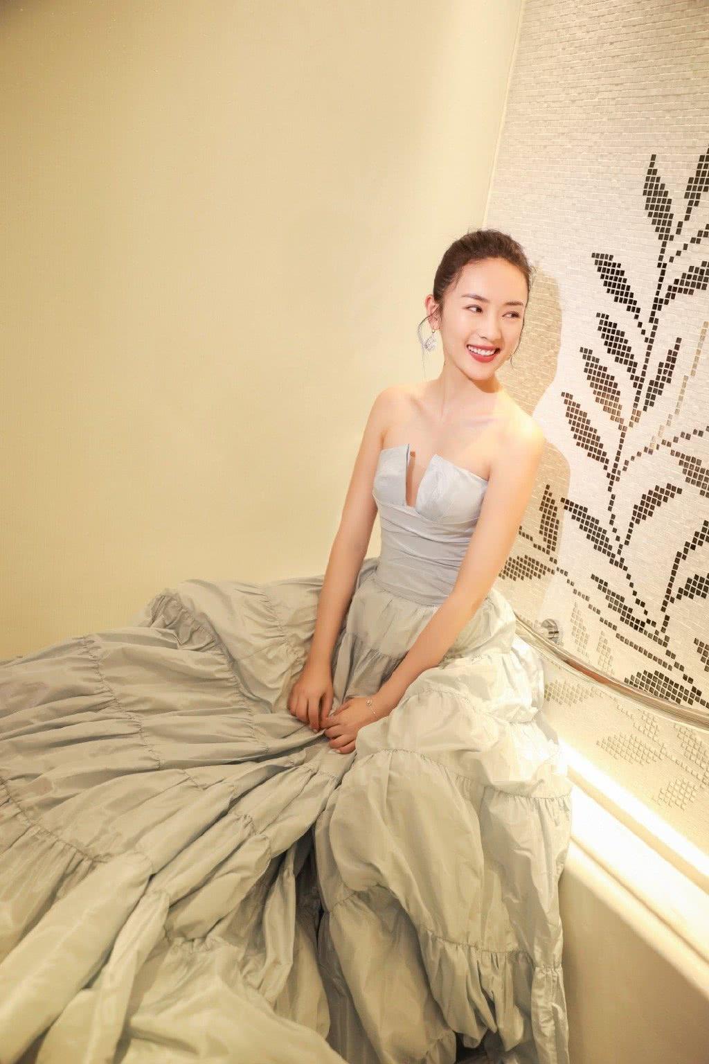 演《大江大河》她一炮而红,今穿抹胸礼服,34岁美回颜值巅峰