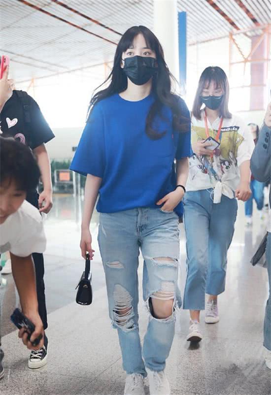 欧阳娜娜终于回归少女本色!蓝T配牛仔裤超清纯,直刘海太呆萌!