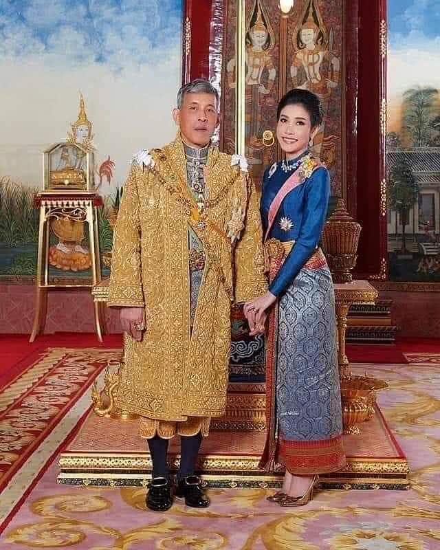 <b>泰国34岁贵妃罕见穿裤装!T恤配裤子参加活动,太有少女感啦</b>