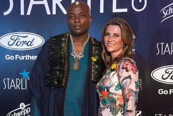 <b>别再吐槽梅根非洲裔血统!挪威长公主和黑人男友高调亮相爱的热烈</b>