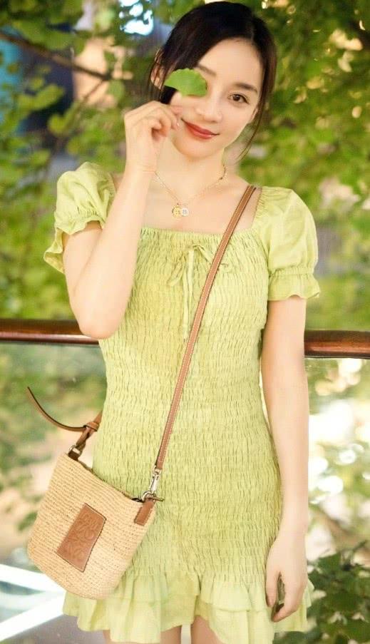 """本以为袁姗姗适合帅气风,没想到穿绿色""""褶皱裙""""的她,美如仙女"""