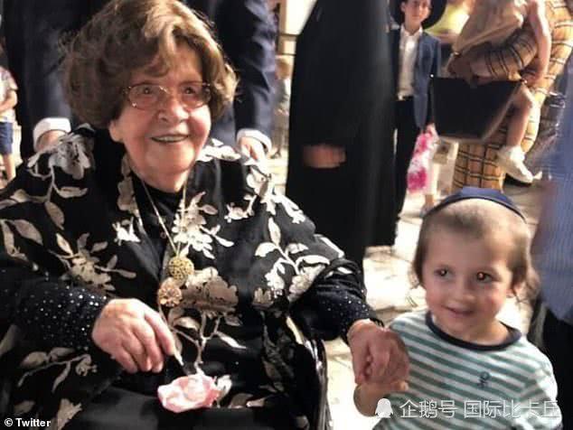 波兰104岁奶奶在西墙过生日,400多个子孙前来为她庆祝!