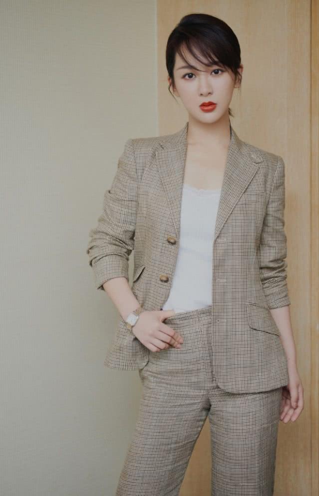 都说杨紫走少女路线不够A,当她换上黑西装,酷到韩商言认不出!