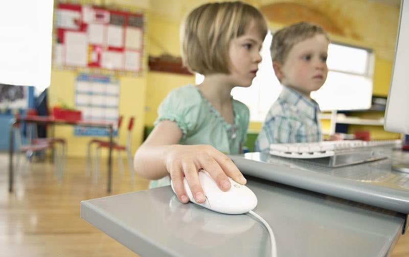 孩子迷恋网络怎么办?家庭养育不等于家庭教育
