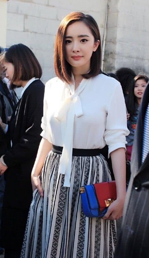 """原来杨幂也有""""失败""""的造型:白衬衫搭配印花长裙,显矮又土气"""