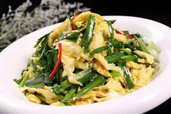 韭菜炒鸡蛋,千万别直接炒鸡蛋,厨师长这样做,又香又嫩又下饭