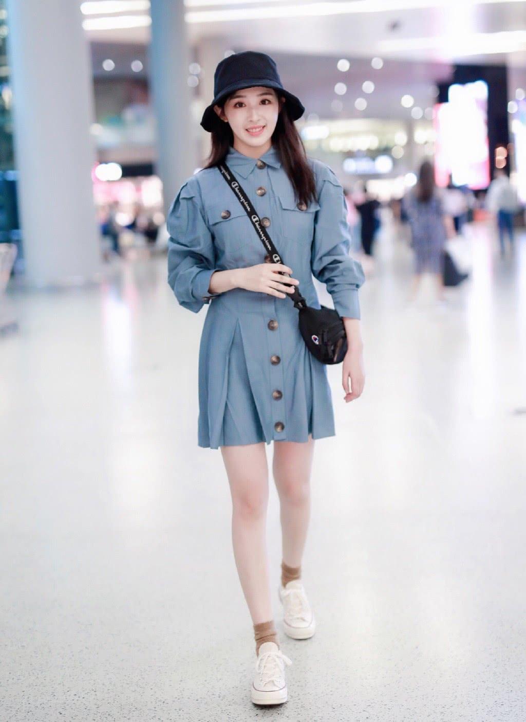 她15岁因《超级女声》红遍中国,穿衬衫裙戴渔夫帽,少女感十足