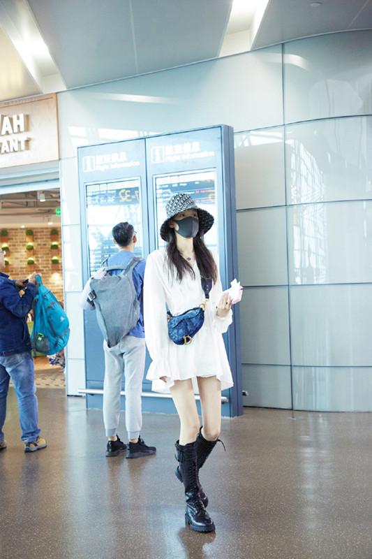 女星启程去纽约时装周,在机场就比上了,孙怡穿白裙搭长靴好美!