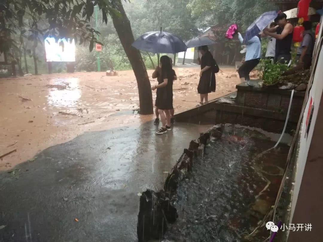 饭店突遭泥石流冲袭 店老板提前预判疏散游客