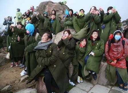 爬泰山穿的绿色军大衣,风靡大街小巷,现在为何被淘汰了?