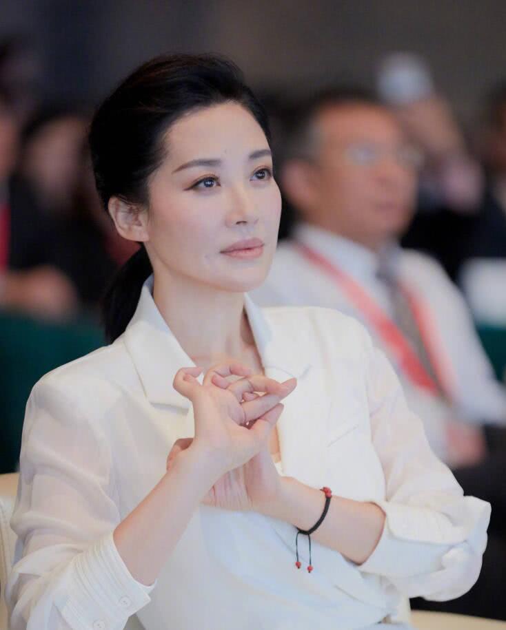 50岁许晴自曝近照,肤白貌美脸瘦!网友:你太漂亮了