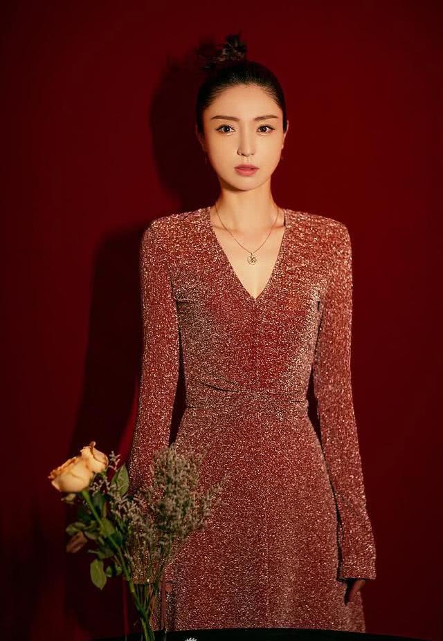 董璇近照超美,穿红色亮片长裙姣好身材抢眼,颜值回春