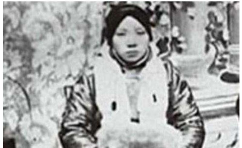 蒋经国的生母被炸死,宋美龄看了墓碑上的头两个字,愤愤不平