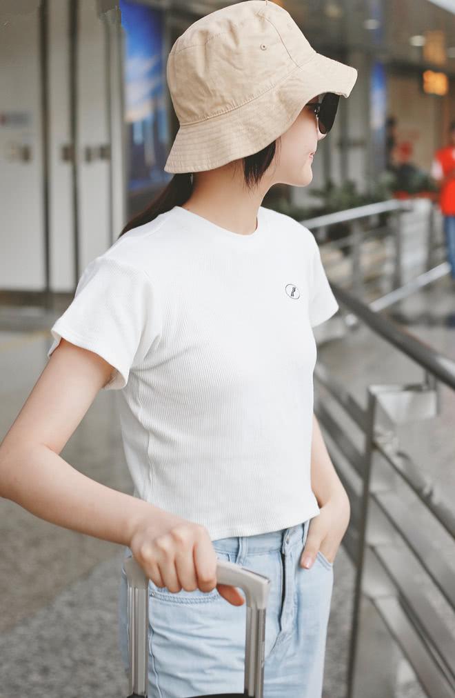 """影版""""易遥""""打扮好随意,白T牛仔裤都烂大街了,她还穿着出门!"""